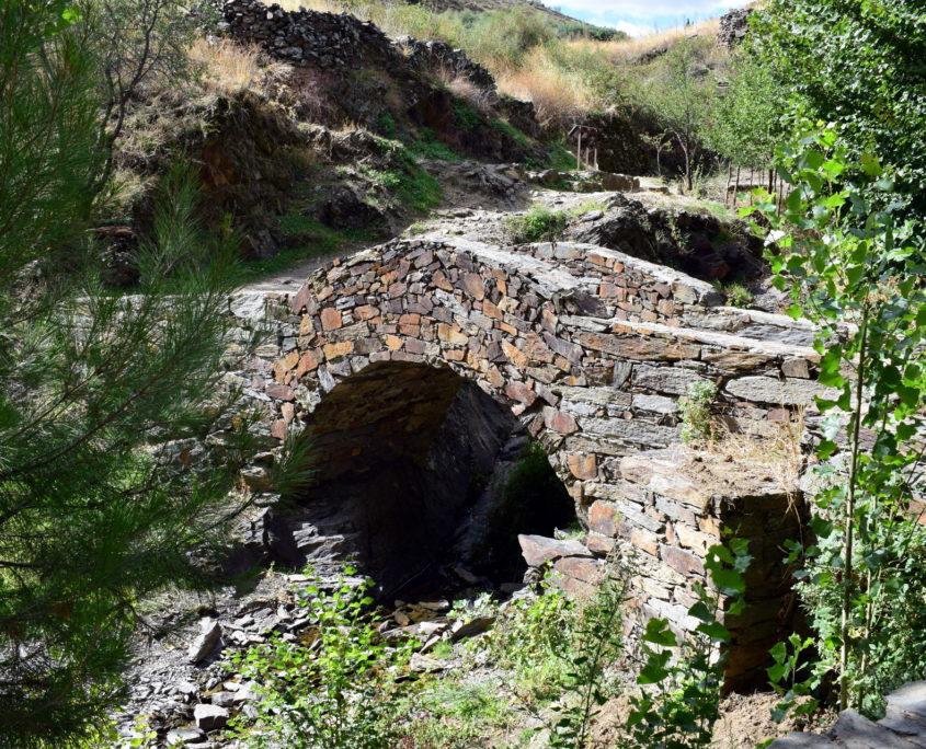 Brücke auf dem Weg zum Friedhof in der Nähe des Brunnens