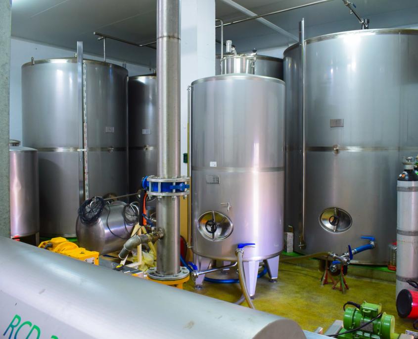Die Behälter für das native Olivenöl extra
