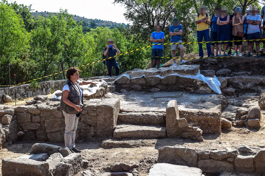 Charro Gómez erklärt den Kopfteil der Kapelle - Ausgrabungen El Rebollar, El Boalo