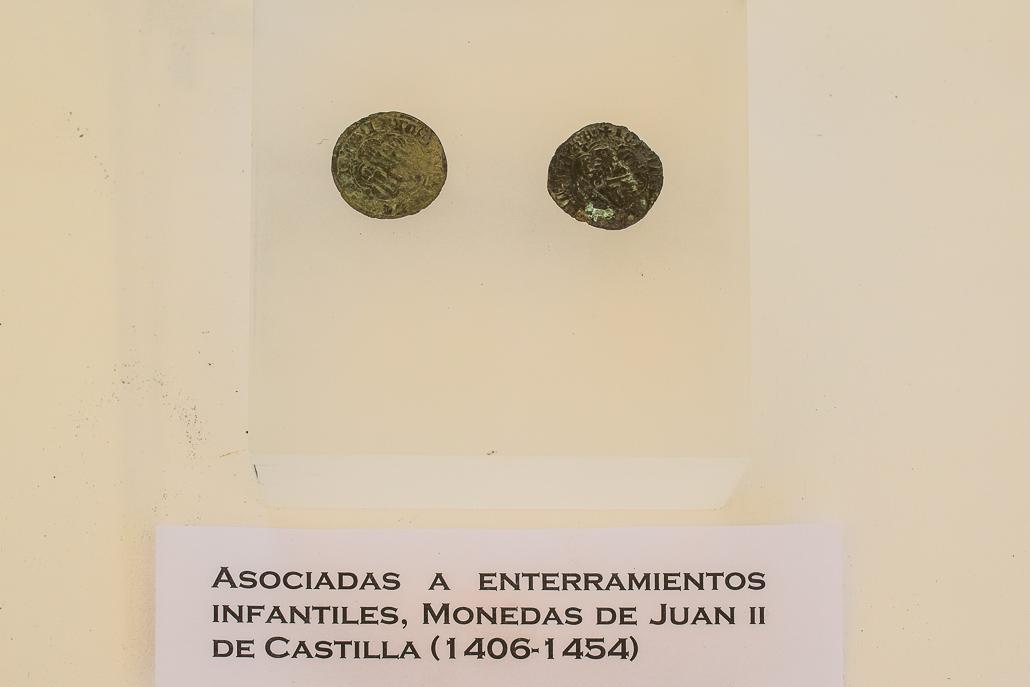 Münzen der Babys für die Bestechung des hl. Petrus - Ausgrabungen El Rebollar, El Boalo