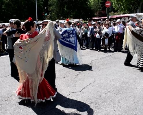 Chulapos und Chulapas tanzen einen Chotis an San Isidro