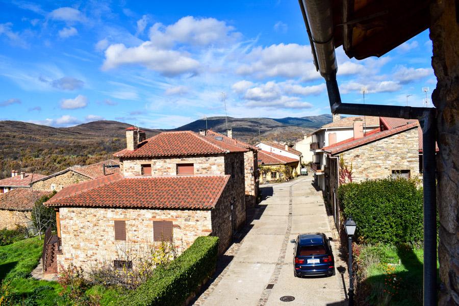 Blick ins Dorf und über das Tal