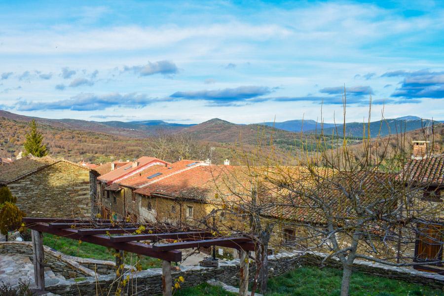 Blick vom Dorf zu den Bergen und der Dehesa