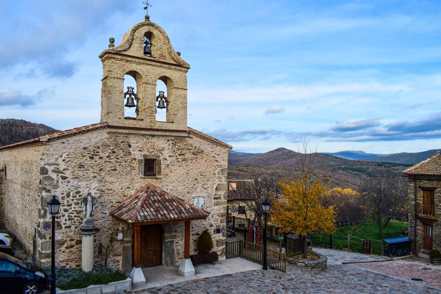 Kirche von La Hiruela mit Blick auf die Berge