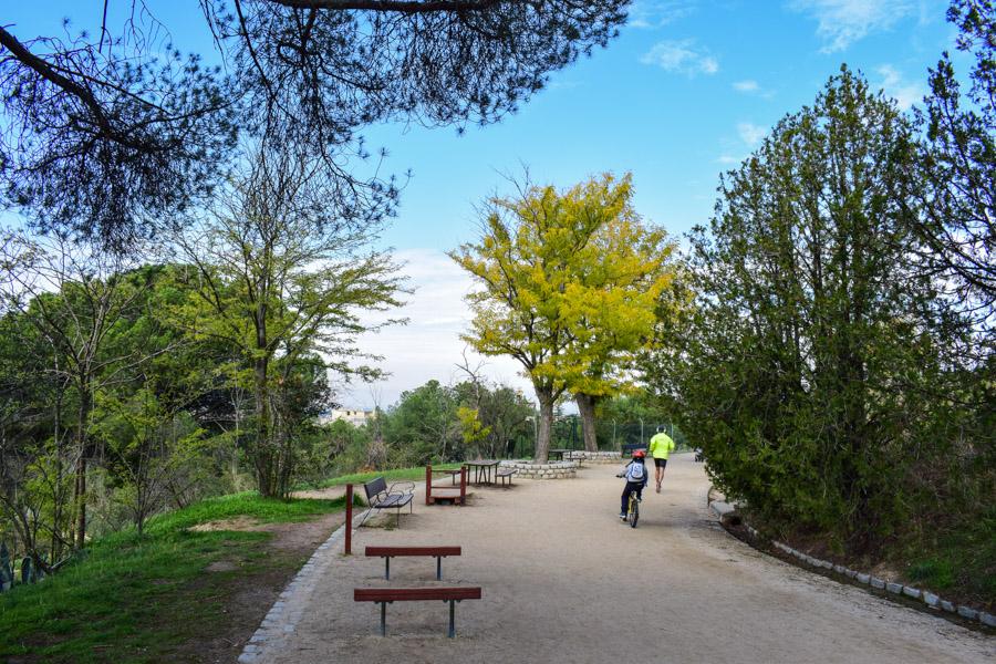 Weg mit Sportgeräten und Picknick-Platz in der Dehesa de la Villa