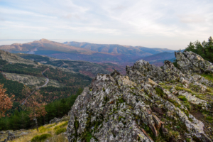 Blick vom Pass Richtung Puebla de la Sierra in der Sierra del Rincón