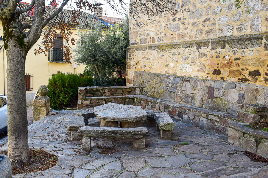 Eine schöne Sitzecke in Montejo de la Sierra lädt zum Rasten ein
