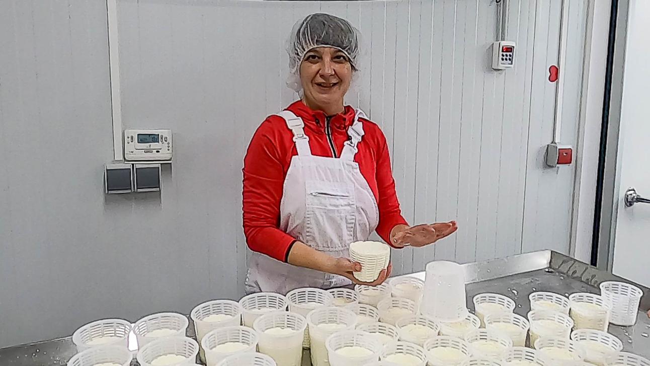 María Jesús volteando quesos
