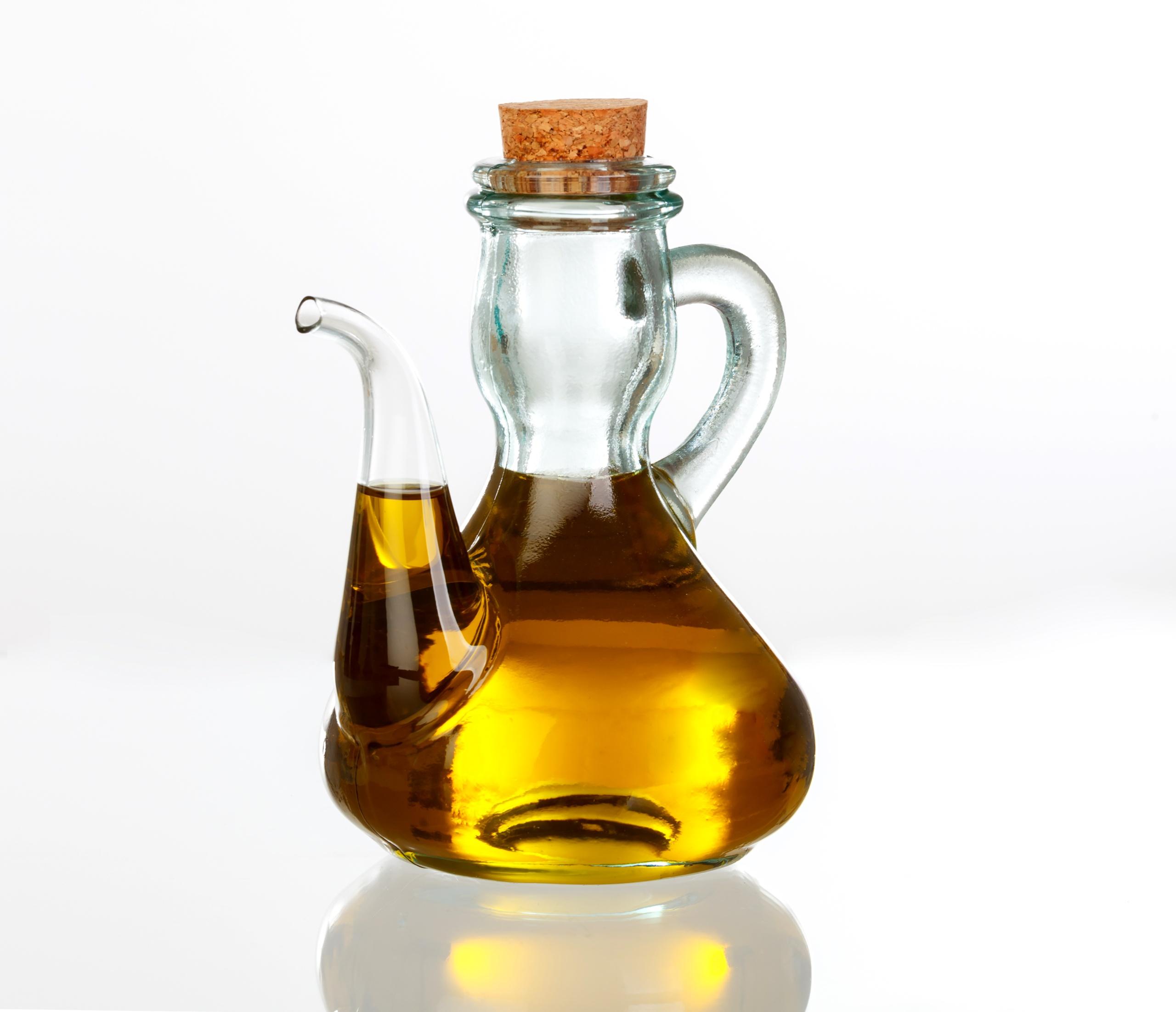 Mit Öl gefüllte Glaskanne