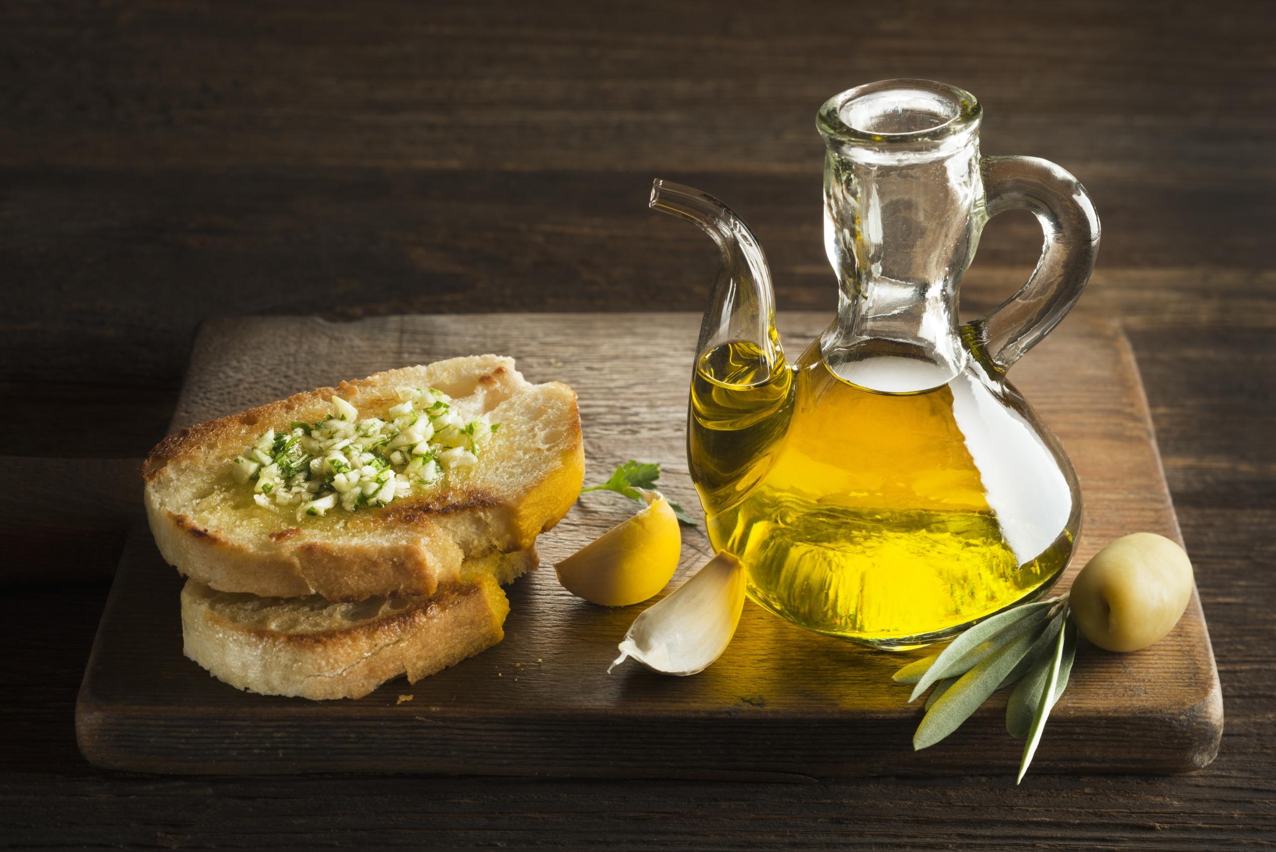 Olivenöl auf Toastbrot mit Knoblauch