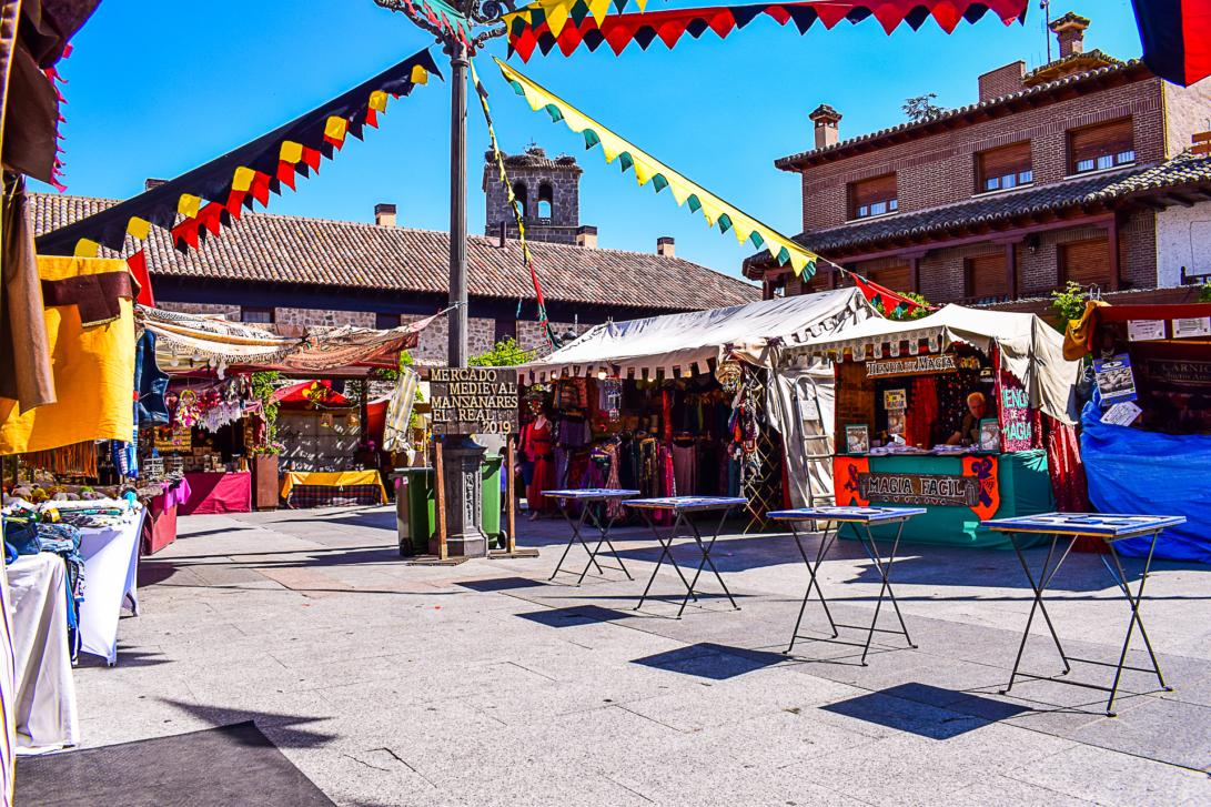 Mittelalterlicher Markt auf der Plaza Mayor in Manzanares el Real